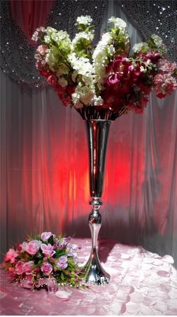 Centro de jarrones de flores de pilares de boda de 75 cm de altura para decoración de pasillos
