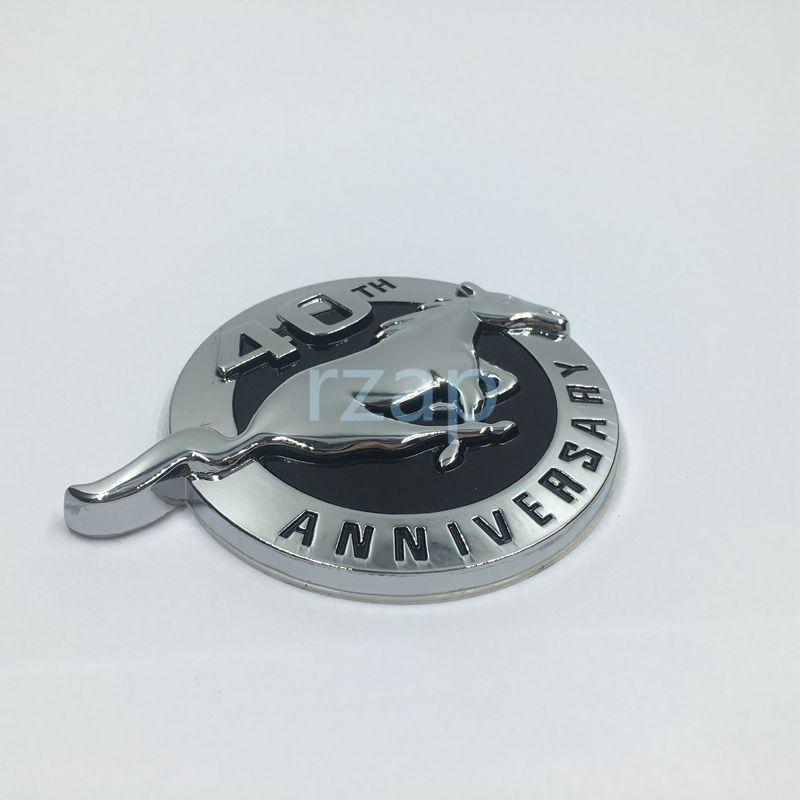 2psc / مجموعة نيو ستايل للفورد موستانج 40TH الذكرى تشغيل الحصان شعار 3D معدن شارة