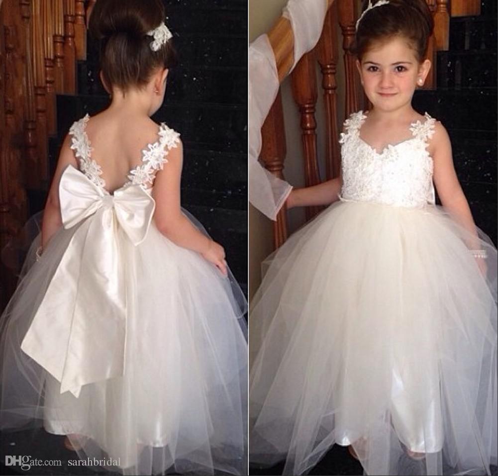 Günstige V-Ausschnitt Schöne Blumenmädchenkleider Für Hochzeiten Weiß Tüll Bodenlangen Backless Ballkleid Junior Brautjungfernkleider Für Mädchen