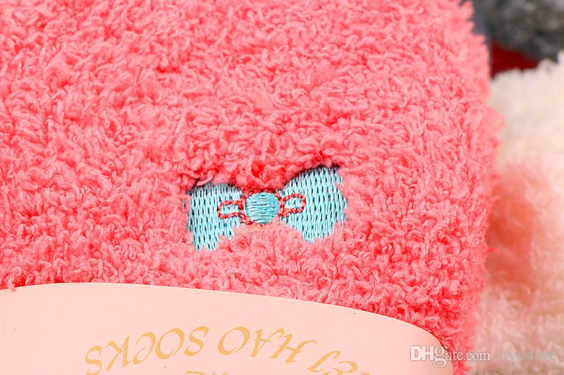 Warm Fuzzy Socks Beautiful Embroidery Bow Design para Ladies Winter Socks Lovely Women Calcetines de toalla