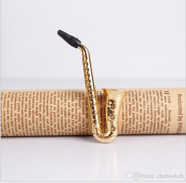Neuartige kreative Saugkarte, die mit metallplattiertem Rohrgeflecht-Anzug Sax s rauchendem Zigarettenfilter geladen wird