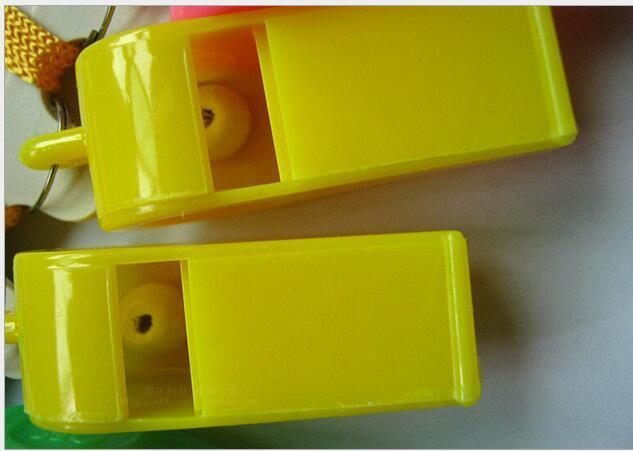 Eco-Friendly Partito Promozione sposa colorati in plastica Sport Fischietto con la cordicella a i misti bambini Candy Whistle 4 * 1,8 centimetri