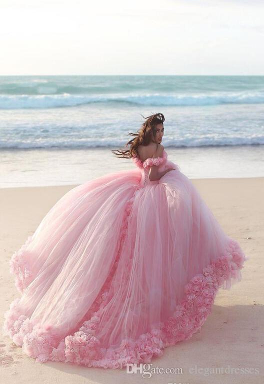 2016 Quinceanera Dresses 어깨에 코르셋에서 아기 분홍색 공 드레스 뜨거운 판매 달콤한 16 댄스 파티 드레스 꽃 손으로 만든