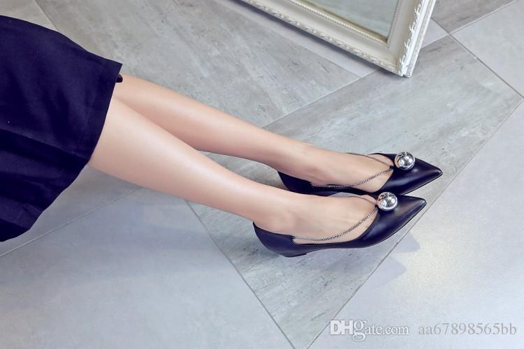 as mulheres dos apartamentos do outono apontam sapatas ocasionais do elevador do dedo do pé para senhoras