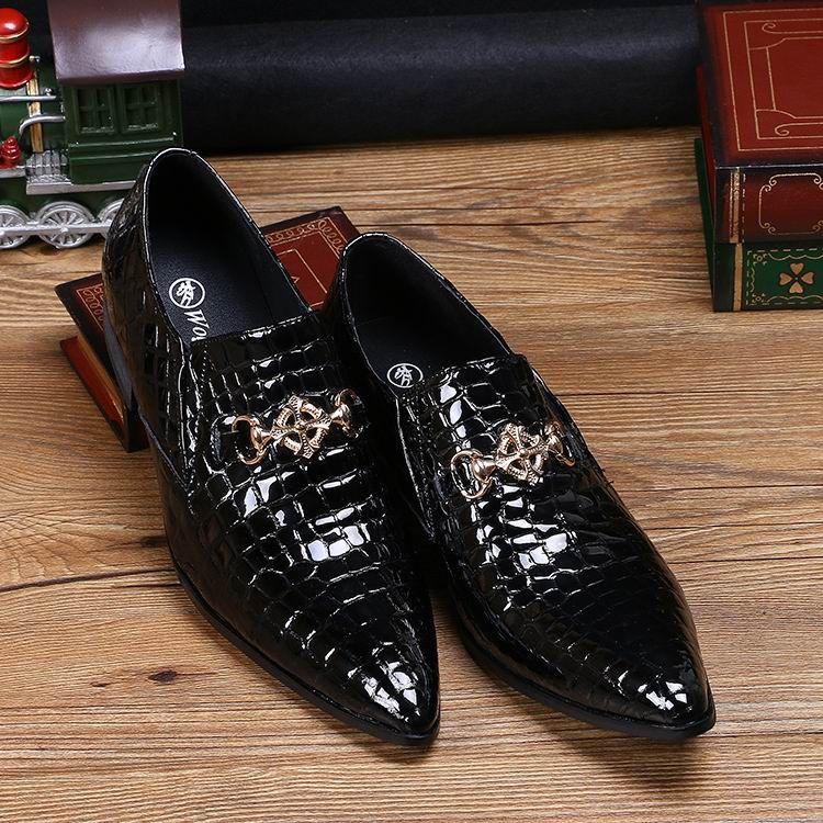 Venda quente de Luxo Mens Preto Sapatos de Vestido de Moda Apontou Toe Padrão de Cobra de Couro de Patente Deslizamento Em Barco Sapatos de Metal Charme 38-46