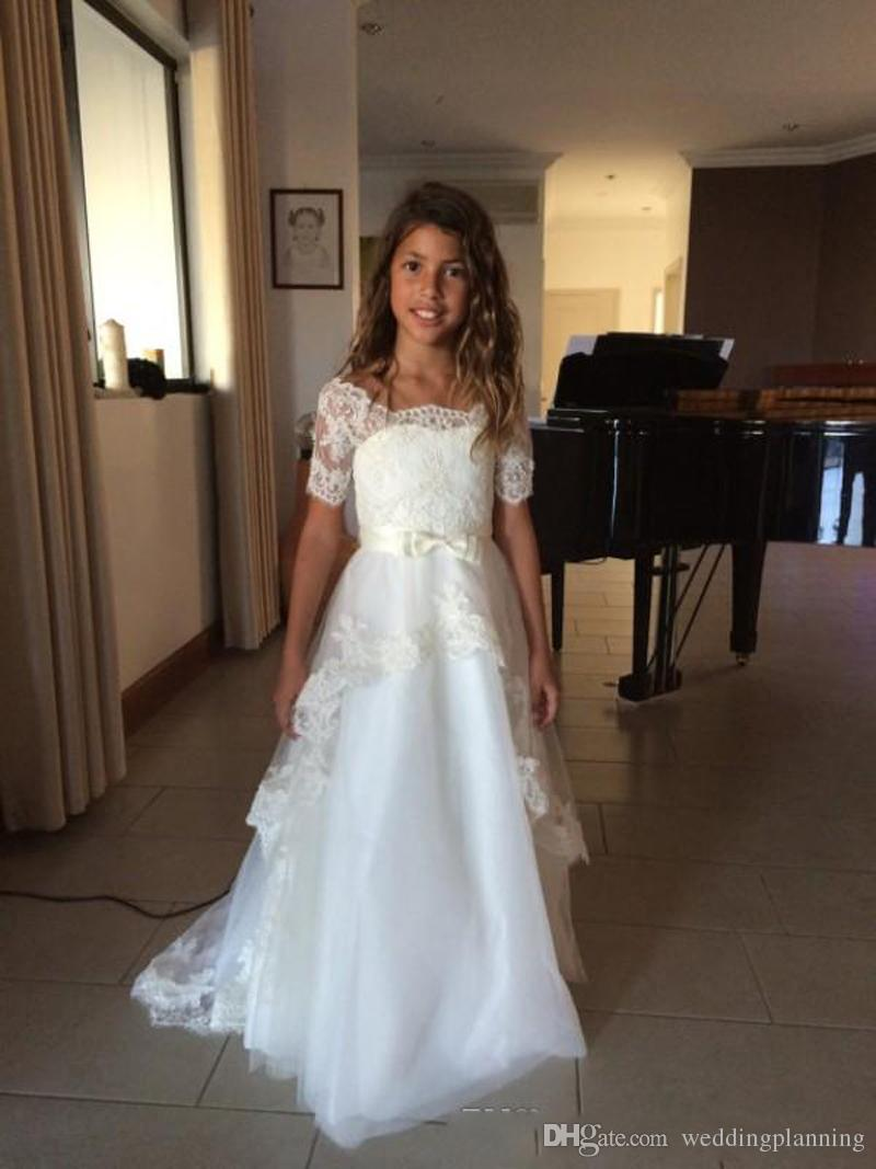 Vintage A Line Flower Girl Dresses for Wedding Party Little Bride Sheer Scoop Illusion Short Sleeves Lace Appliques Kids Gown Sweep Train