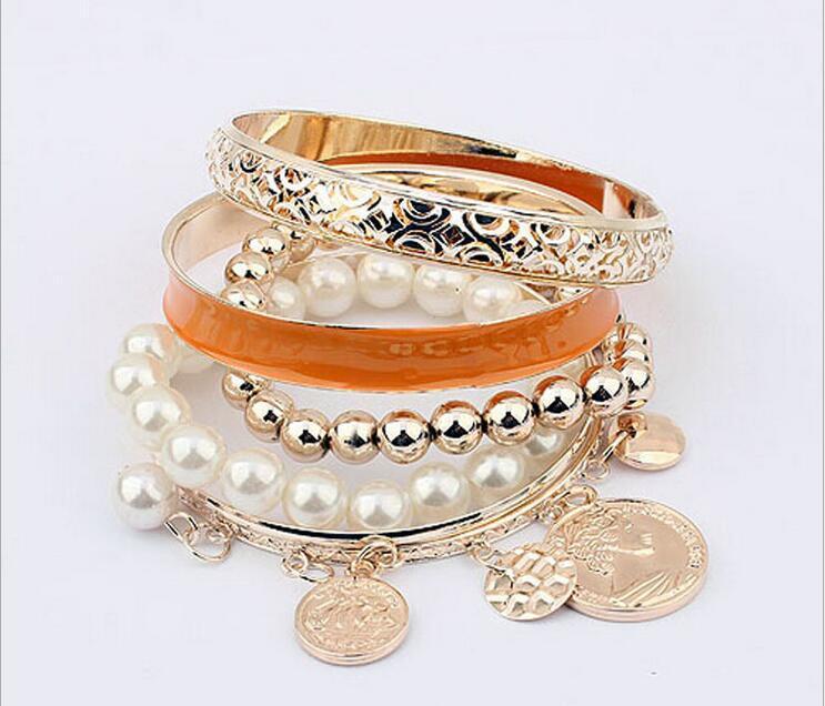 Braccialetto europeo e americano di multi strato della perla dell'insieme mette il braccialetto della nappa dei gioielli di modo dei braccialetti della moneta della cavità di modo