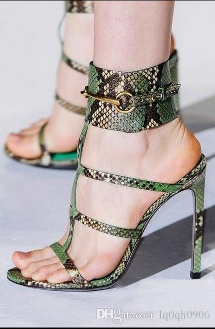 Alta calidad personalizar 2019 verano mujeres sexy fugitivo tacones altos bombas marca metal hebilla sandalias de piel de serpiente mujer 35-41