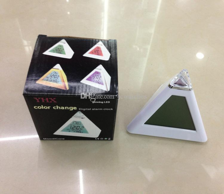 7 LED Changement de Couleur Réveil Triangle Pyramide Style Hermomètre Bureau Horloge Livraison Gratuite Horloge de Table Numérique pour Hommes Femmes Cadeau