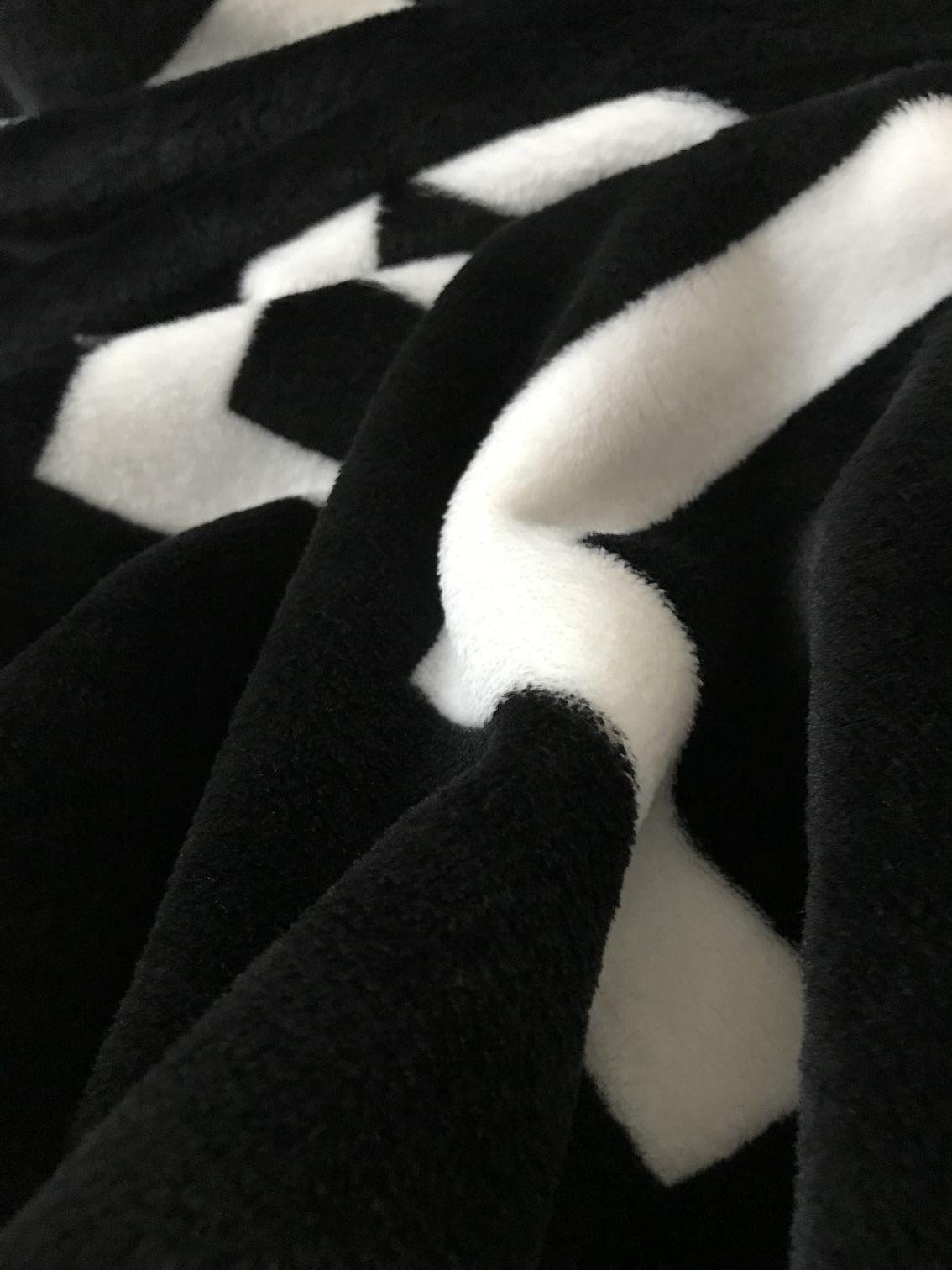 Marca QUENTE preto jogar flanela cobertor de lã 2 tamanho-130x150 cm, 150x200 cm com saco de pó C estilo logotipo para Viagem, casa, escritório cobertor de sesta