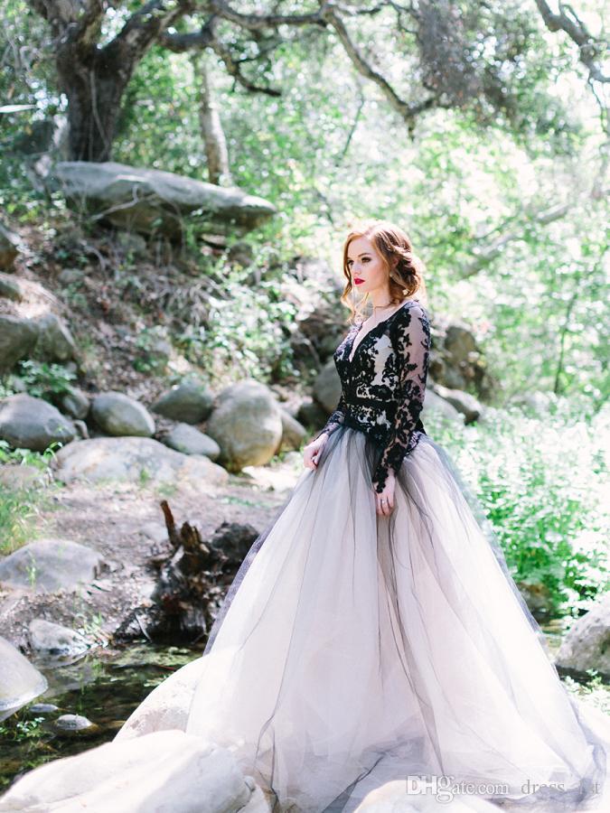 Dernières 2019 noir et blanc robes de mariée Vintage Western Country Style col V dos nu illusion manches longues gothique robes de mariée EN6176