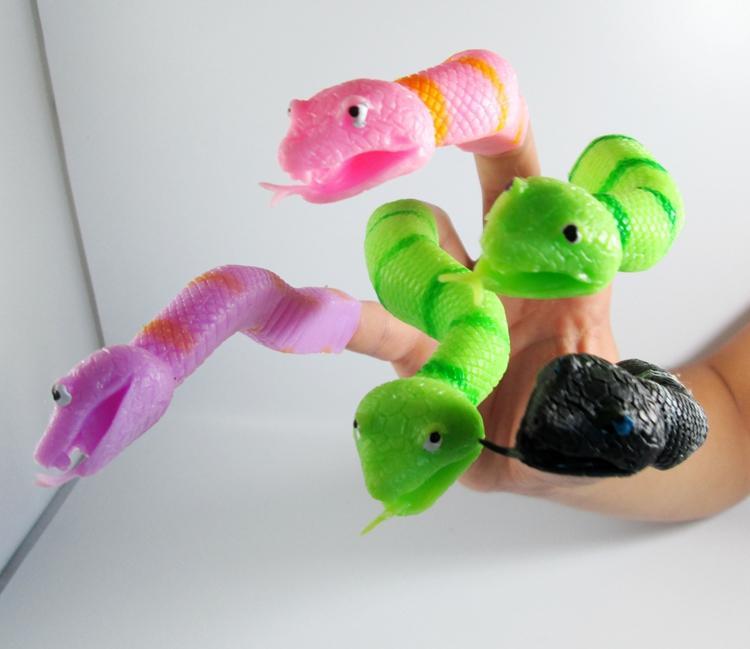Nova Chegada 24 Pçs / loteNovelty TPR A cobra Dedo Fantoche Brinquedos Engraçados brinquedos para o presente da festa de Halloween