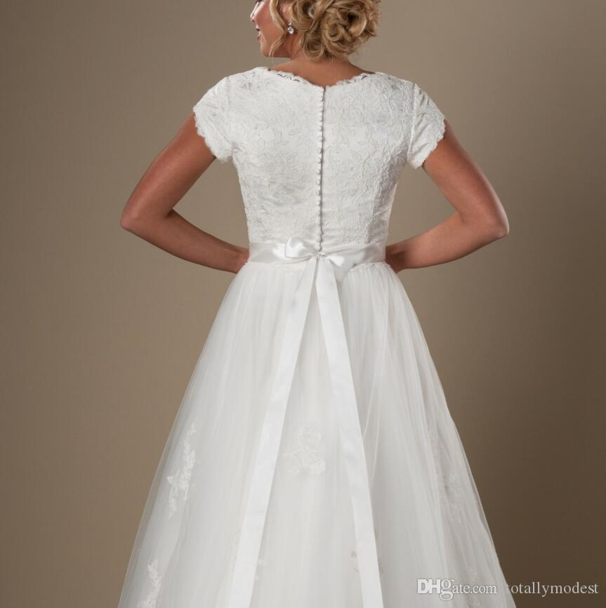 Vintage Pizzo Tulle Modest Cap Maniche Abiti da sposa con maniche a V Collo a V Pulsante Indietro Abiti da sposa A-Line Beaded Sash Gowns