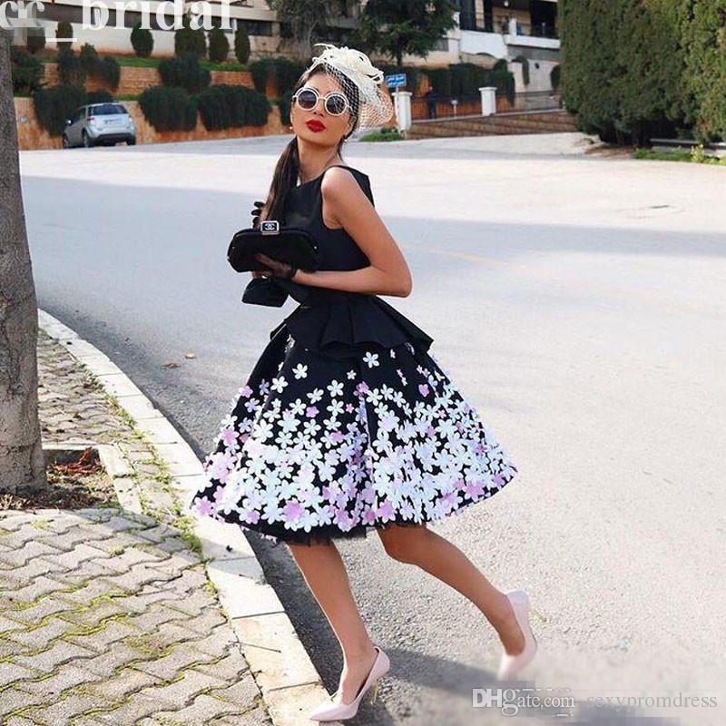 Renkli Aplikler Ile büyüleyici Siyah Mezuniyet Elbiseleri 2017 Jewel Kolsuz Diz Boyu Kısa Kokteyl Parti Elbiseleri Küçük Siyah Elbise