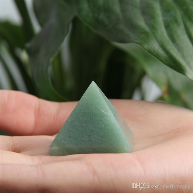 Toptan HJT 35g Doğal yeşil Aventurin kristal piramit nunatak Reiki Şifa Aventurin kristal kuvars piramit dekorasyon 28mm-32mm
