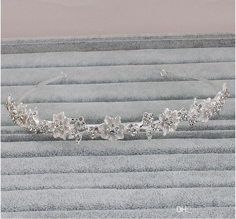 The new bride fashion crown ornaments, inlaid stone, color is white, with very beautiful like a princess.