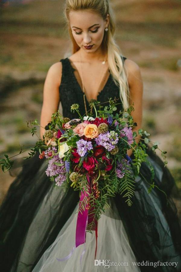 Vintage schwarz-weiß Hochzeitskleid Gothic tiefem V-Ausschnitt ärmellose Spitze Top Tüll Rock Strand Brautkleider rückenfreie Bräute tragen