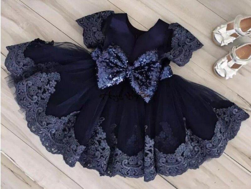 Le ragazze di fiore dell'abito di sfera del pizzo del blu marino si vestono i vestiti di comunione di paillettes del paillettes di lunghezza di ginocchio con le maniche Grande arco indietro