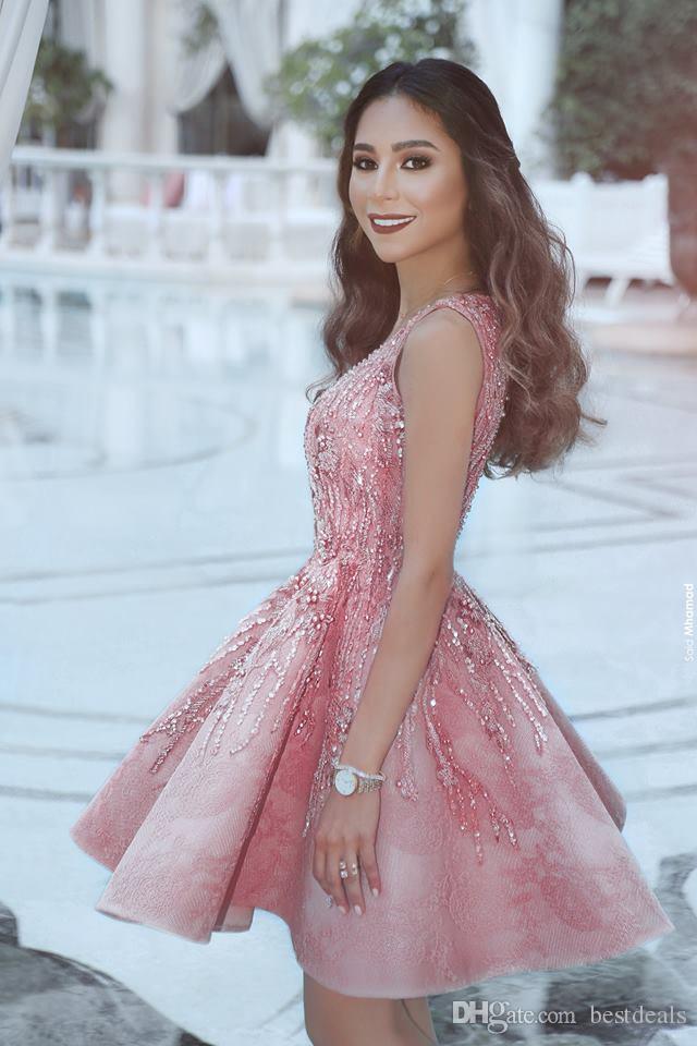 Neue Ankunft 2018 Vintage Rosa Cocktailkleider V-Ausschnitt Perlen Kristall Kurzes Abschlussballkleid Arabisch Mini Abschlussfeier Kleider