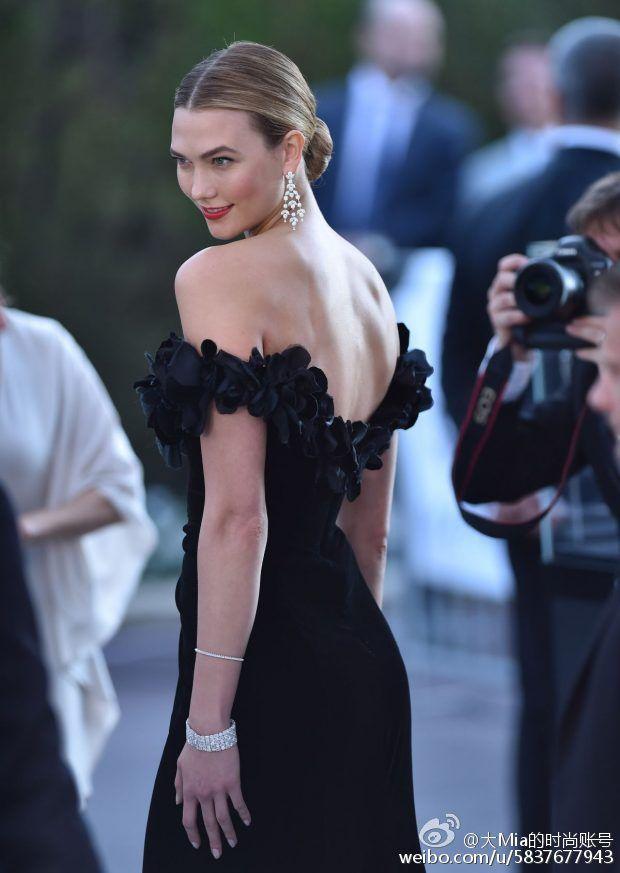 Vestidos de celebridades Festival de cinema de Cannes Karlie Kloss Sereia preta fora do ombro Vestidos de baile Red Carpet Plissado vestido de noite Chiffon