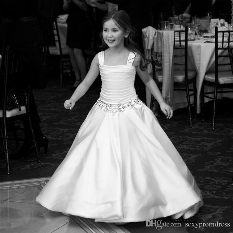 Blanc Satin Robes De Fille De Fleur Pour Mariage Larges Bretelles Perles Ruffles Filles Pageant Robes Pas Cher Enfants Robe De Fête Formelle