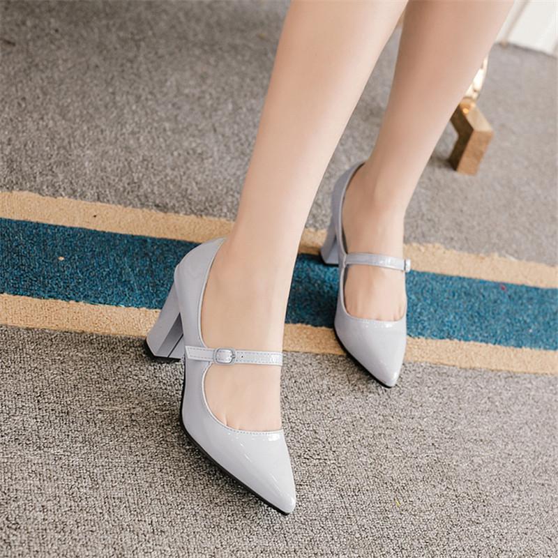 Mary Jane Punta estrecha Damas zapatos de boda de tacón grueso de charol de  tiras de tacones altos Run Way Retro diseñador de zapatos Sexy bombas de  boda b3dfcdabe2bb
