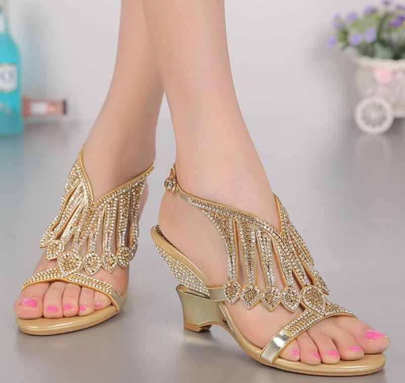 Plus la taille 34-44 nouveau style femmes cales talons hauts sandales de mode gland strass cristal boucle été pompes à talons hauts dame chaussures