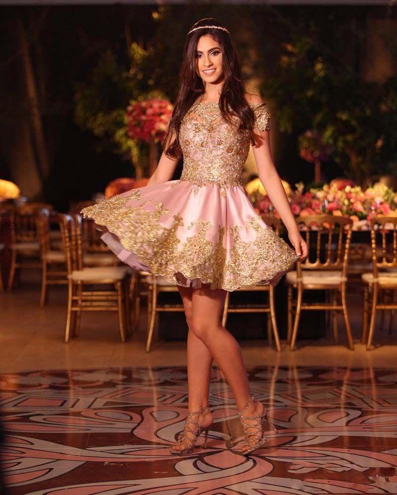 2017 Saudi Pink Arabic Homecoming Dresses Cheap Sweet 16 Maniche corte Pizzo d'oro Appliques Off Spalline Prom Dresses Abiti da cocktail