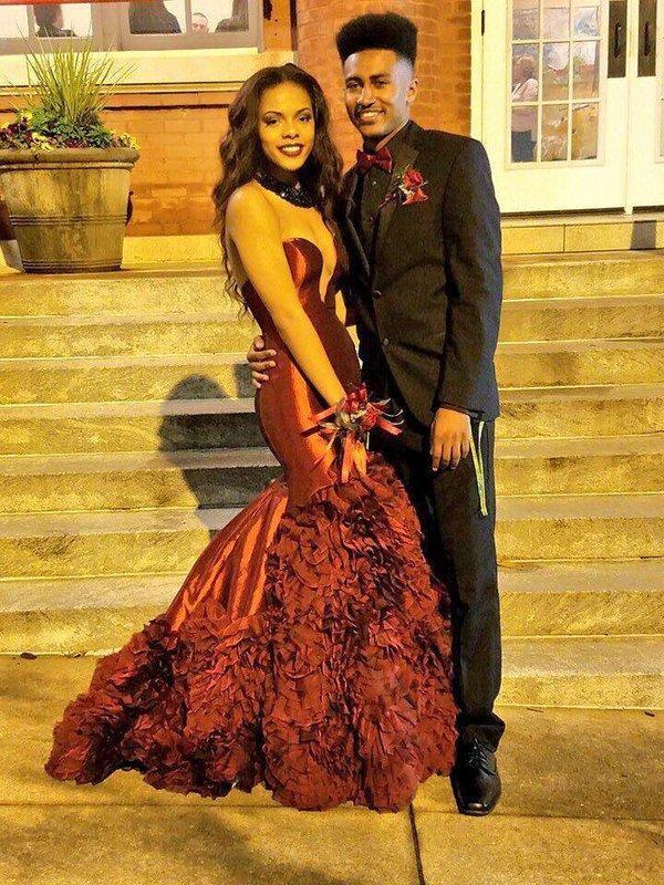 Sexy Prom Dresses Maroon / Borgogna senza spalline maniche Mermaid Ruffles Skirt Abiti da sera su misura ispirato da Rachel Allan