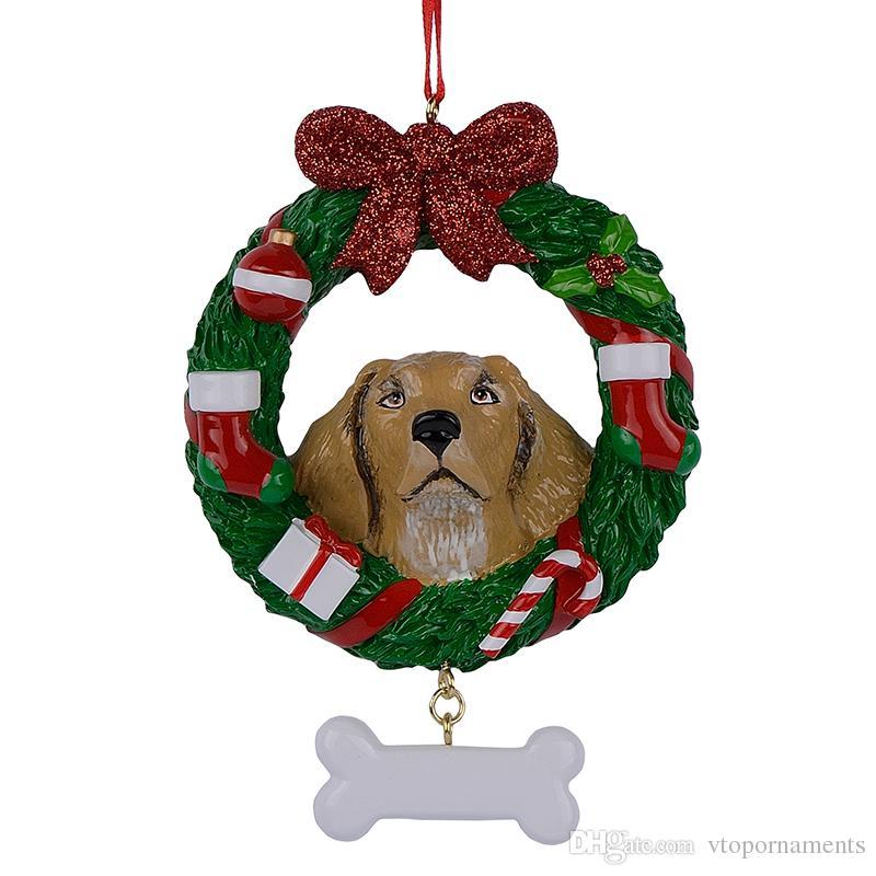 Gelbe Labrador retriever-Harz-glänzende Weihnachtsverzierung mit dem Kranz handgemalt und für Geschenk oder Wohngestaltung leicht personalisiert