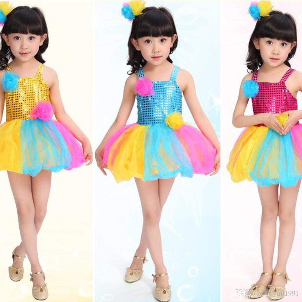 Девушка танцует в мини платьях