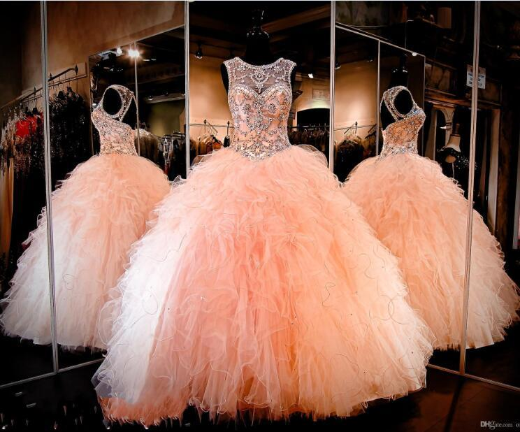 2016 Nuovo Bling Quinceanera Ball Gown Abiti Puffy Peach Organza Ruffles Tiered Crystal in rilievo Dolce 16 economici Party Dress Prom Abiti da sera