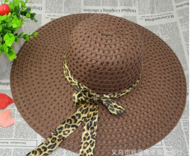 cappelli estivi delle signore dell'estate che piegano il nastro lungo il cappello di cappello del cappello del cappello di paglia del cappello di paglia del cappello di paglia del cappello del cappello del grande cappello pieghettato vuoto