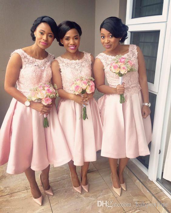 Moderno 2019 Blush Pink Vestidos de dama de honor cortos Una línea Apliques Joya Cuello Satén Longitud de la rodilla Vestidos de dama de honor Invitado de boda