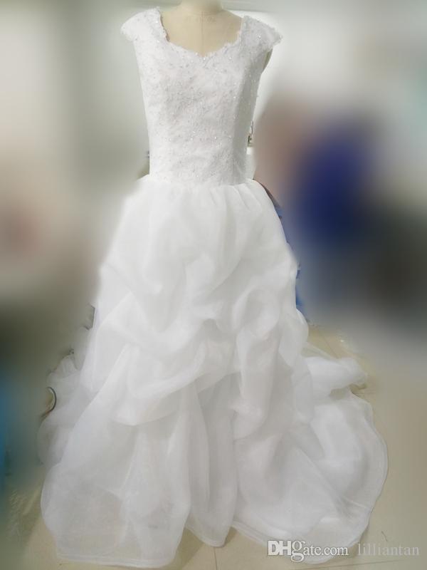 계층화 된 스커트 겸손한 웨딩 드레스 아랍어 페르시아어 레이스 국가 웨딩 드레스 계단식 주름 장식 아이보리 단추 뒤로 카우보이 부츠