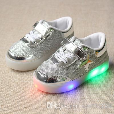Compre Nova Marca De Outono Da Criança Dos Miúdos Led Luminosa Sapatos  Casuais Respirável Criança Colorida Piscando Sapatas Do Bebê Meninas Com  Luz De ... 2ef7fe2cdd5