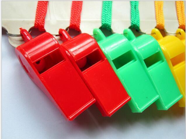 4 * 1.8 см Пластиковые Спорт Свистки Партии Свадебные Промотирования Красочные Свистки с Ремешком 4 Цвета Смешанных Детей Конфеты Свисток