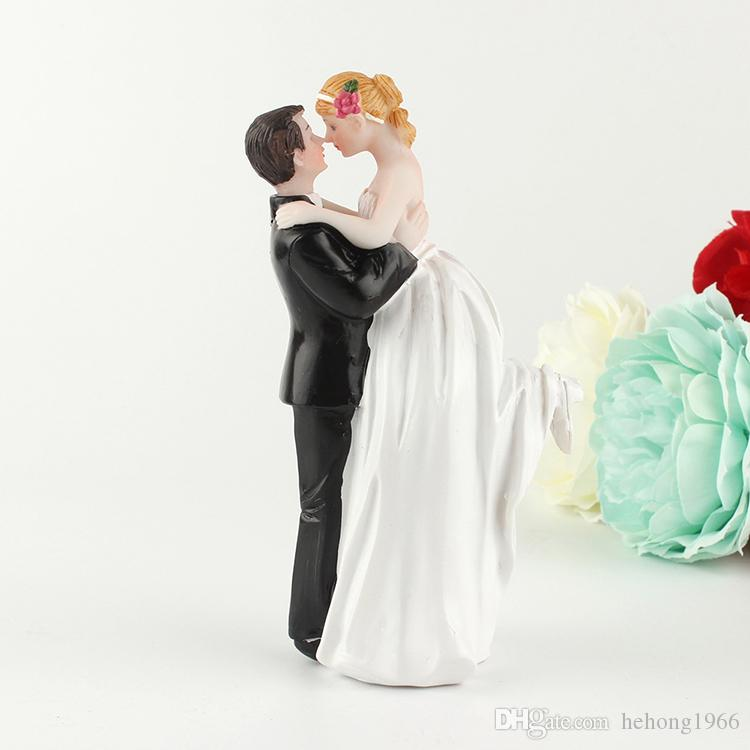 Heureux Mariée Et Le Marié Ornement Gâteau Résine Artisanat Poupée Hug Amour Couple Cadeaux De Mariage Décoration Exquise Design 18ykb ff