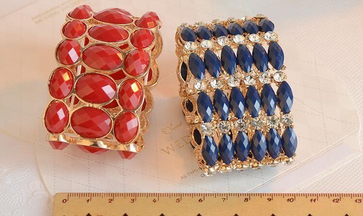 Viele Arten mischen Süßigkeitfarben-Fruchtgelee-Acrylrhinestone-Harzfacet und Legierungsgoldgeometrische Dekoration bördelt Frauen Stretch-Armband
