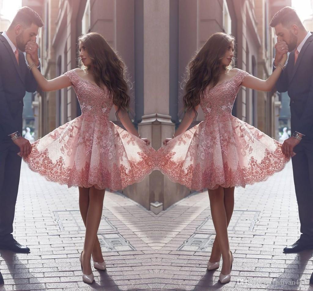 2017 새로운 아랍어 홈 커밍 드레스 캡 소매 V 넥 짧은 레이스 아플리케이션 구슬 3D 꽃 꽃 얇은 칵테일 드레스 파티 댄스 파티 가운