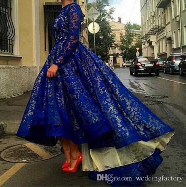 Vestido Árabe Royal Blue Lace Evening Dresses Alta baja Prom Vestidos Illusion manga larga Nude Ocasión especial Vestidos formales