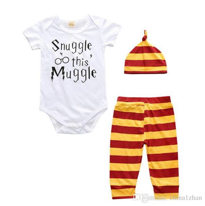 Conjuntos de Roupas de Bebê INS Carta Infantil Bodysuit Stripe Calças Chapéu Conjuntos de Roupas Recém-nascidos Roupas Snuggle esta Impressão Trouxa DHT196