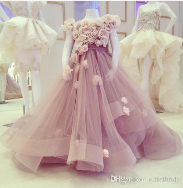 Klassisk härlig blommaflickor klänningar för bröllop med handgjorda blommor av axelhalsen Tiered Princess Tulle Girl's Pageant Dresses 2017