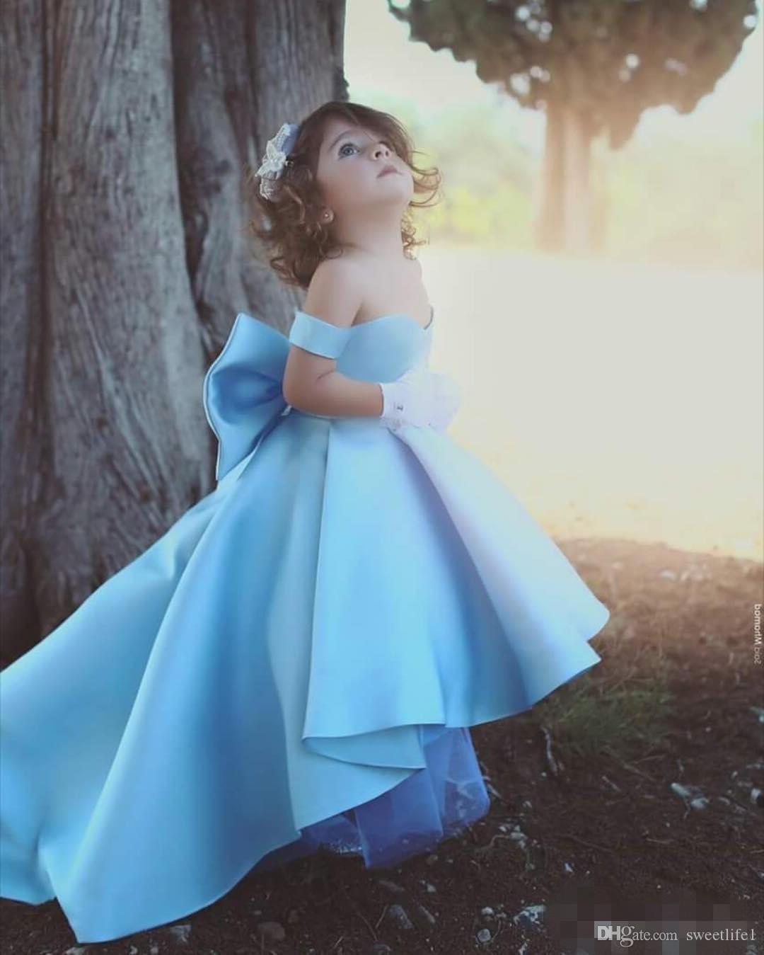 Blue Off The Shoulder Платья для девочек-цветочниц 2019 Новое заднее платье с бантом Высокое низкое детское театрализованное платье Выполненное на заказ платье для девочки на день рождения