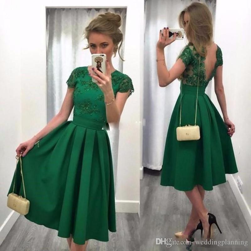 62ead3303bc Satın Al Yeşil Kısa Homecoming Elbiseler Kısa Kollu Açık Arka Dövme Dantel  Gelinlik Elbisesi 2017 Kadın Balo Önlük Ile Çay Uzunluğu A Line