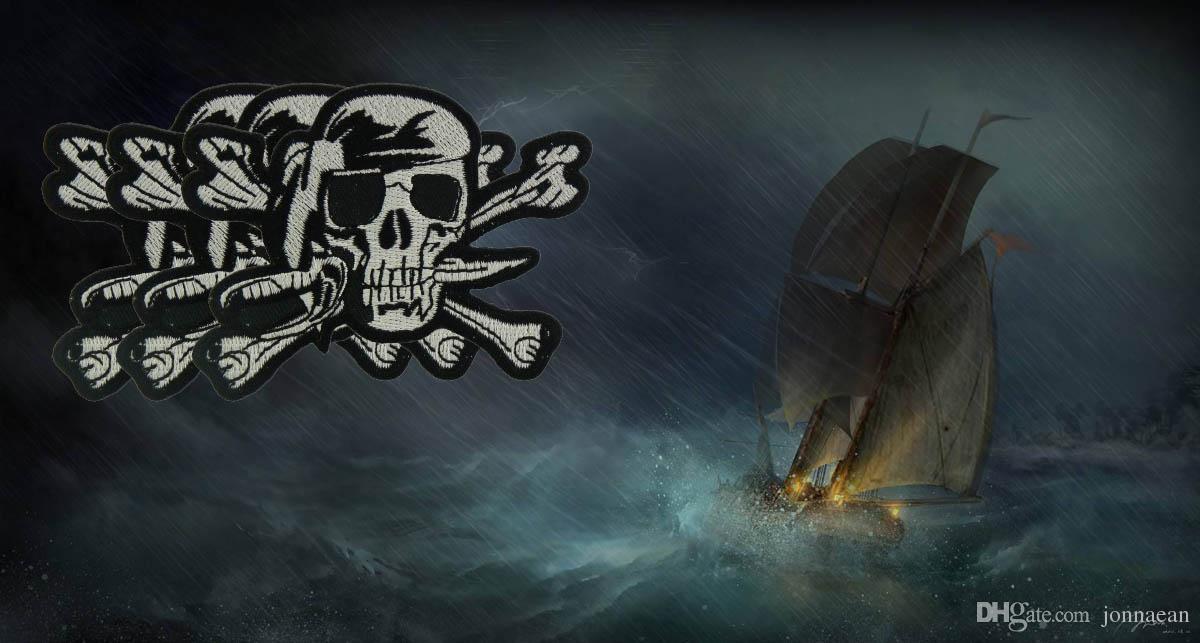 La toppa bianca nera del cranio del pirata, pirata ha ricamato il ferro sopra o cuce sulle toppe 3.5 POLLICE Trasporto libero