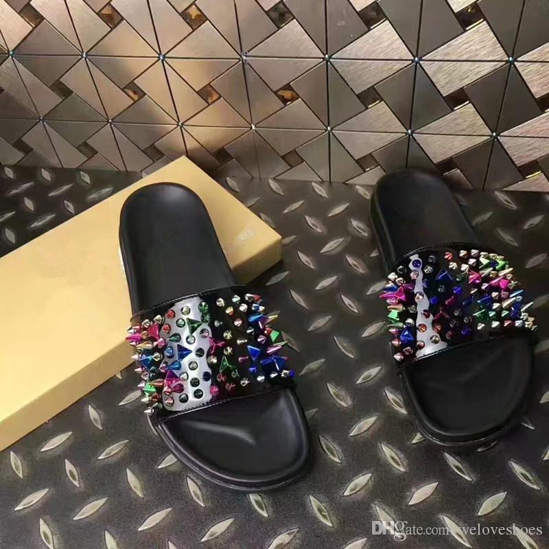 2017 mode hommes sandales style décontracté spike stud sandales couleur mélangée rivets chaussures de plage mâle
