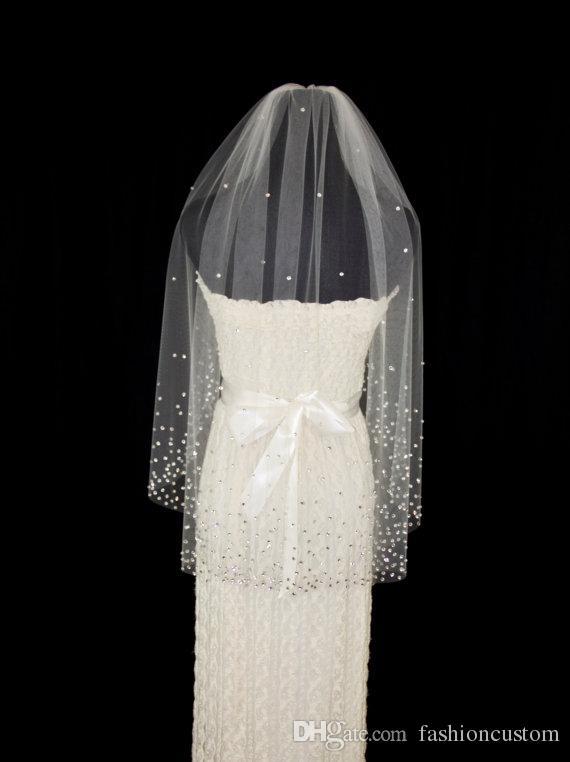 Una capa de longitud de codo blanco marfil velo de novia Crystal nupcial velos con peine de diamantes de imitación borde