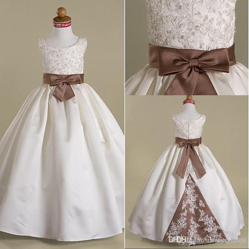 Beyaz ve Kahverengi Uzun Çiçek Kız Elbise Bow Kanat Aplike Boncuklu Payetli Kat Uzunluk Balo Prenses çocuk Önlükler Sıcak Satış Özel F051