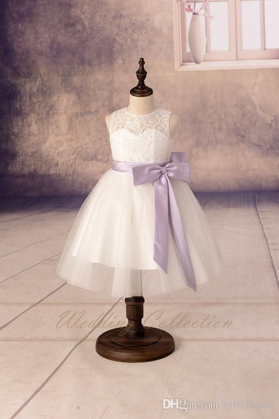 2017 aangepaste bloem meisje jurken mooie pure witte kant juweel hals mooie a-line open rug schattige lila boog lint communie jurk voor meisjes